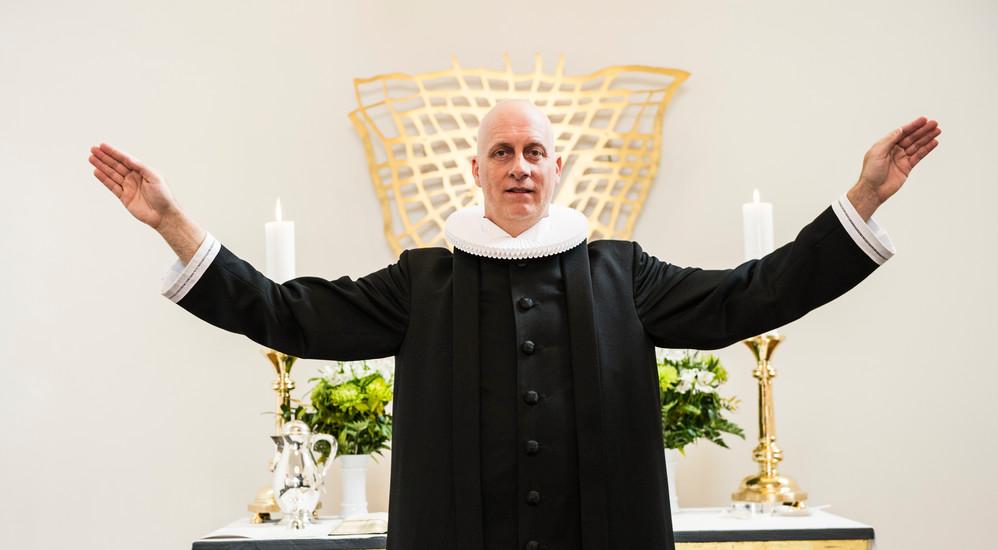 Efter en salme beder præsten den sidste bøn og lyser velsignelsen