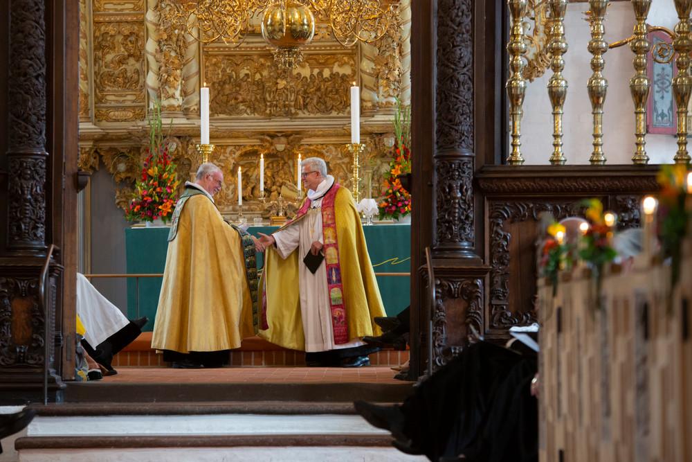 Biskop Peter Skov-Jakobsen og biskop Peter Birch giver hinanden hånden