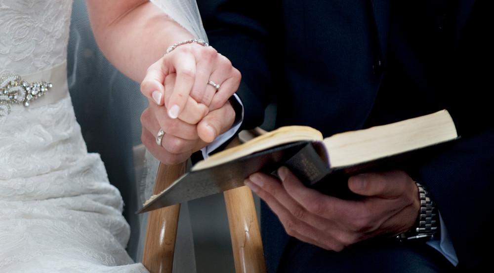 Brudeparret kan selv være med til vælge salmer til brylluppet i kirken.