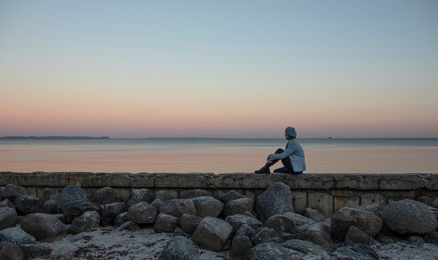 Sjælesorg - kvinde ved hav