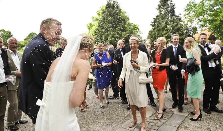 Gæster kaster ris over det nygifte brudepar.
